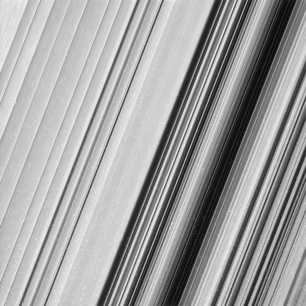 Nell'immagine l'anello B di Saturno visto dalla sonda Cassini. Gli scienziati non sanno con precisione cosa provochi le strutture osservate, ma sperano che con queste nuove immagini dettagliate sarà possibile condurre nuove indagini. Crediti: NASA/JPL-Caltech/Space Science Institute