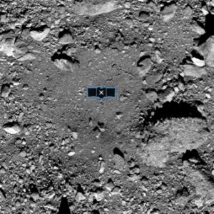 Il sito primario di campionamento Nightingale sulla superficie dell'asteroide Bennu con l'illustrazione in scala del veicolo spaziale Osiris-Rex. Crediti: Nasa/Goddard/University of Arizona