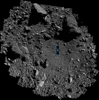 Questa vista del sito primario di campionamento Nightingale sull'asteroide Bennu è un mosaico di 345 immagini raccolte dalla navicella spaziale Osiris-Rex della Nasa il 3 marzo. L'immagine è sovrapposta a una rappresentazione della navicella spaziale per illustrare il punto di atterraggio. Crediti: Nasa / Goddard / University of Arizona